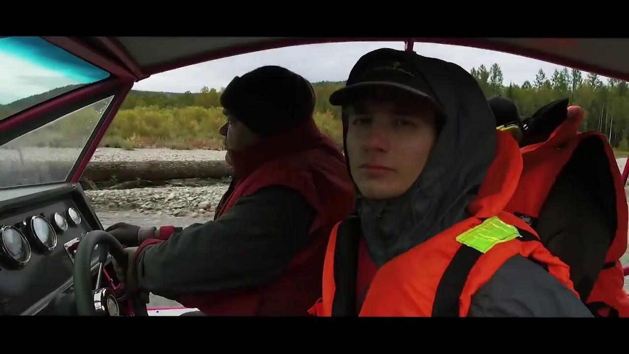 Люди в аэролодке в спасательных жилетах